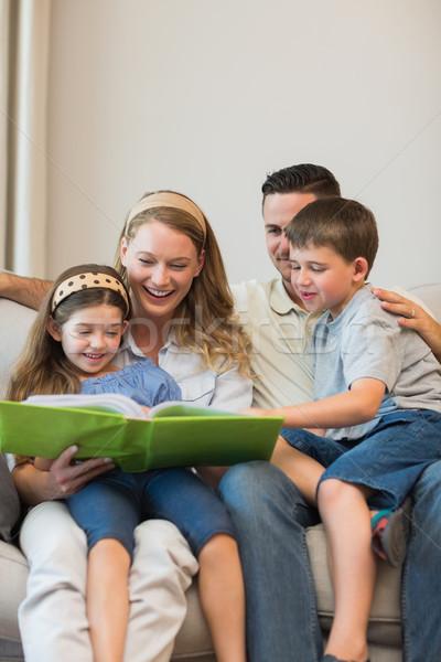 Famiglia guardare photo album divano home insieme Foto d'archivio © wavebreak_media