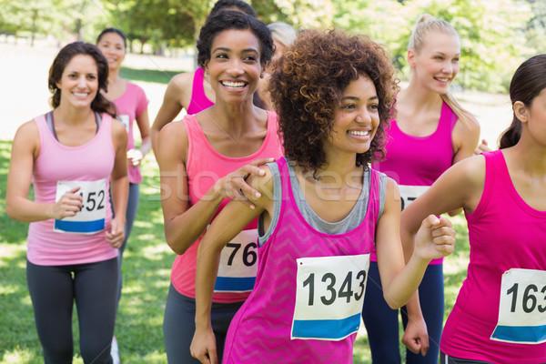 Deelnemers borstkanker marathon lopen glimlachend vrouwelijke Stockfoto © wavebreak_media