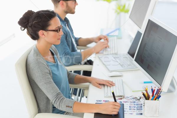 Equipe jovem trabalhando secretária criador escritório Foto stock © wavebreak_media