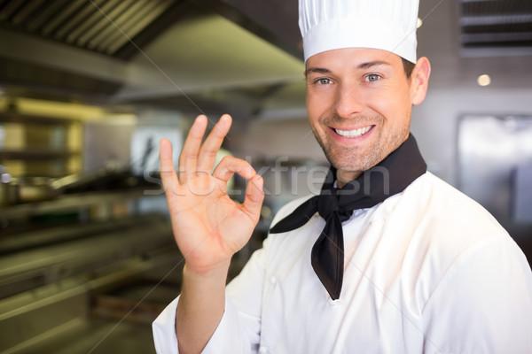 Gülen erkek pişirmek tamam imzalamak Stok fotoğraf © wavebreak_media