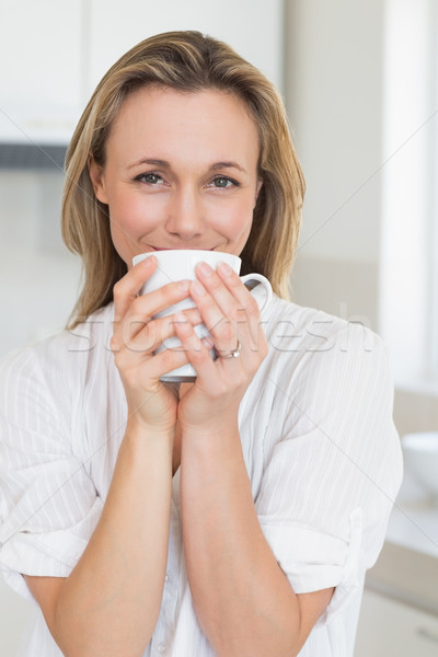 Donna sorridente seduta mug home cucina Foto d'archivio © wavebreak_media