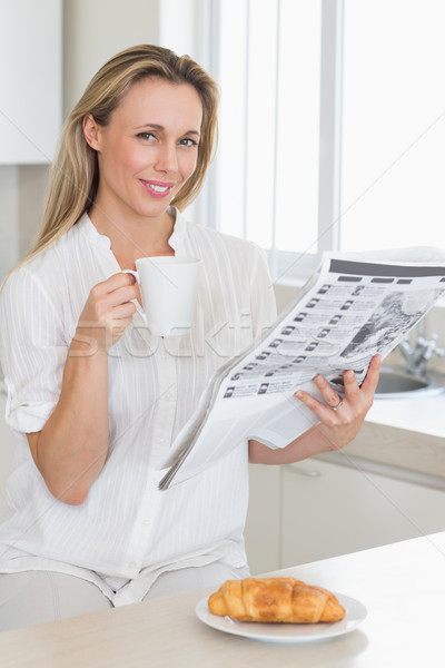 Felice donna mug giornale colazione Foto d'archivio © wavebreak_media
