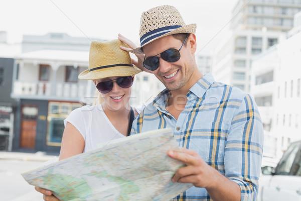 Jóvenes turísticos Pareja consulta mapa Foto stock © wavebreak_media