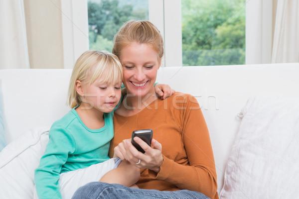Glücklich Mutter Tochter Couch Smartphone home Stock foto © wavebreak_media