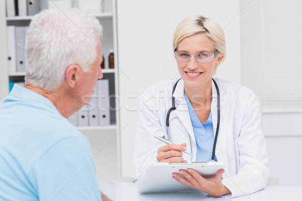 Foto stock: Femenino · médico · escrito · prescripción · altos · hombre