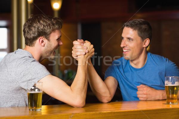 Boldog barát szkander egyéb bár férfi Stock fotó © wavebreak_media
