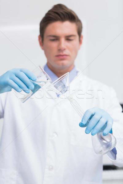 Wetenschapper chemische product trechter laboratorium Stockfoto © wavebreak_media