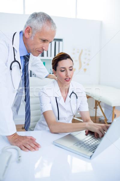 Koncentrált orvosi kollégák megbeszél dolgozik laptop Stock fotó © wavebreak_media