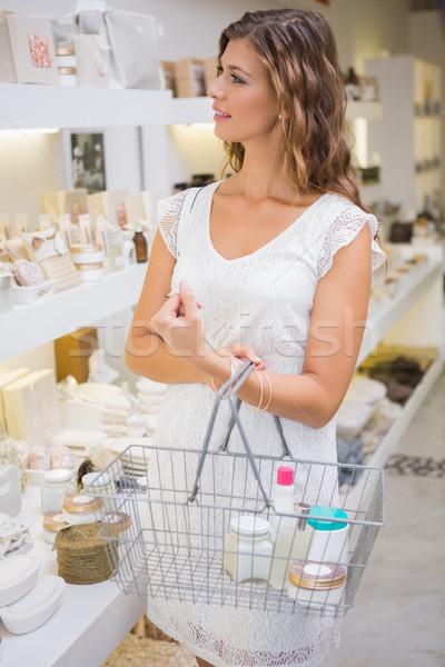 Mosolygó nő bevásárlókosár termékek szépségszalon boldog vásárlás Stock fotó © wavebreak_media