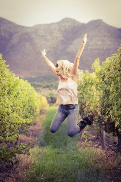 Blond springen wijngaard zorgeloos gelukkig industrie Stockfoto © wavebreak_media