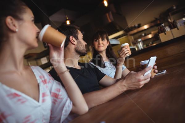 друзей кофе ресторан улыбаясь женщину счастливым Сток-фото © wavebreak_media