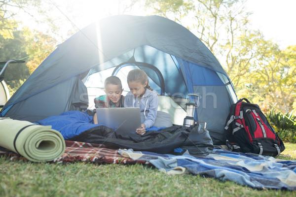 Kinderen met behulp van laptop tent camping computer meisje Stockfoto © wavebreak_media