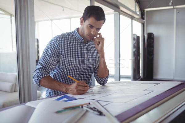 Férfi belsőépítész tervez papír iroda fiatal Stock fotó © wavebreak_media