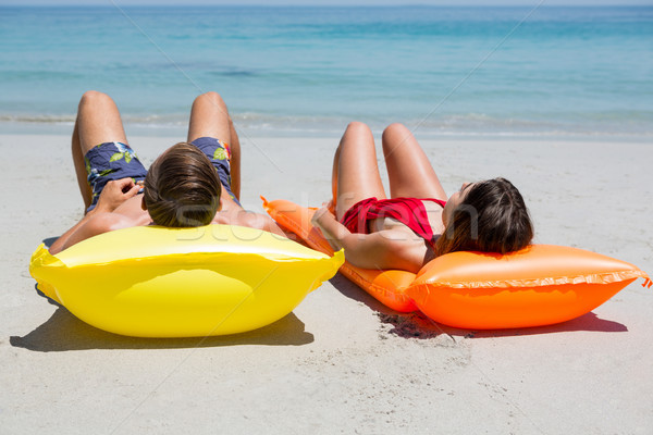 Coppia piscina zattera spiaggia rilassante Foto d'archivio © wavebreak_media