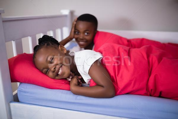 Portré boldog testvérek ágy otthon magasról fotózva Stock fotó © wavebreak_media