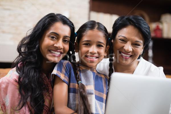 Portret uśmiechnięty dom rodzinny rodziny laptop domu Zdjęcia stock © wavebreak_media