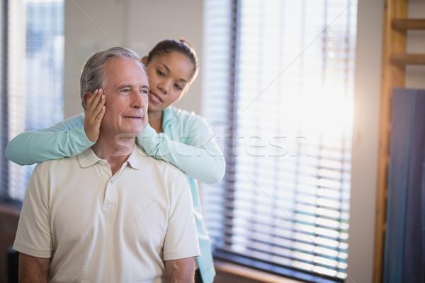 старший мужчины пациент шее массаж женщины Сток-фото © wavebreak_media