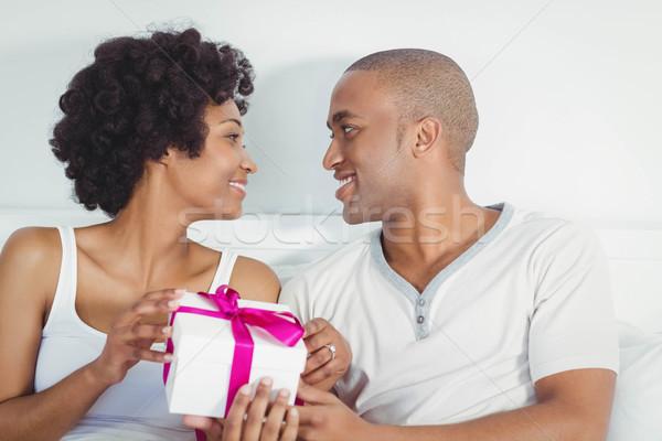 Yakışıklı adam sunmak kız arkadaş yatak kadın mutlu Stok fotoğraf © wavebreak_media