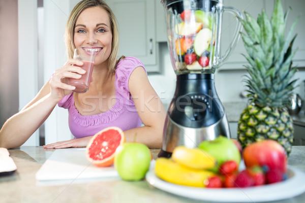 Bastante mulher loira potável caseiro cozinha Foto stock © wavebreak_media