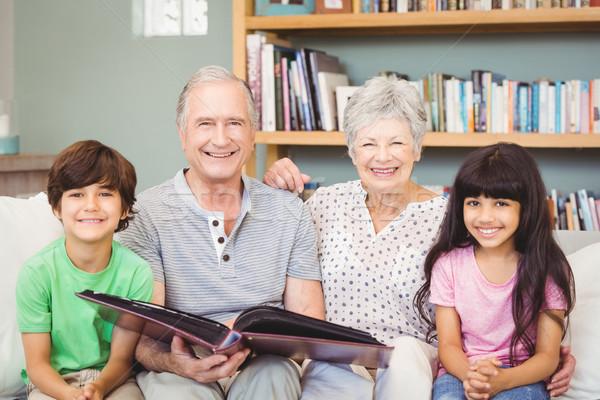 Portré nagyszülők mutat album unokák otthon Stock fotó © wavebreak_media