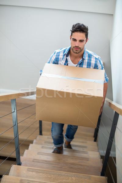 Jóképű férfi tart kartondoboz mászik lépcső férfi Stock fotó © wavebreak_media