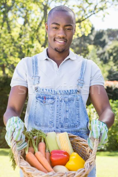 Fiatalember tart kosár frissen zöldségek portré Stock fotó © wavebreak_media