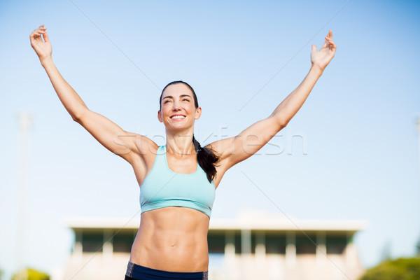 Szczęśliwy kobiet sportowiec stwarzające zwycięstwo wyścigi Zdjęcia stock © wavebreak_media