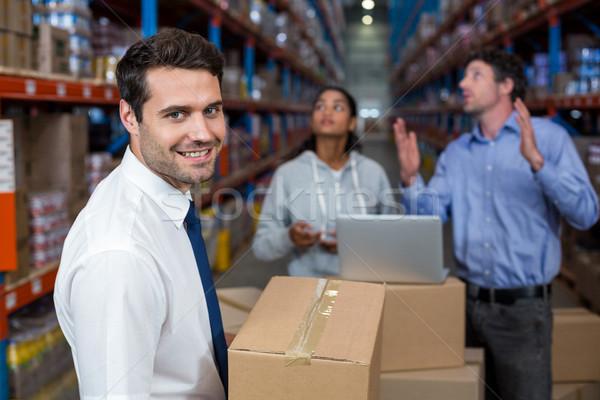 Fókusz menedzser tart kartondoboz mosolyog munkások Stock fotó © wavebreak_media