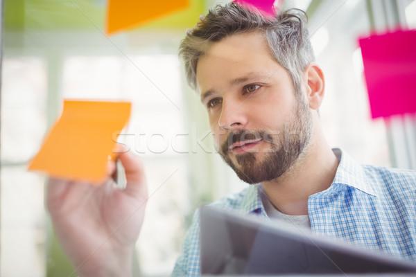 Fiatal üzletember ír tapadó jegyzetek kreatív Stock fotó © wavebreak_media
