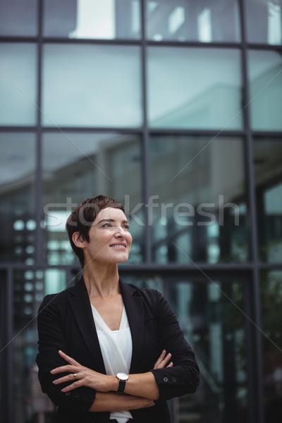 Sorridente empresária em pé escritório mulher Foto stock © wavebreak_media