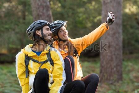 Couple séance pointant distance campagne Photo stock © wavebreak_media