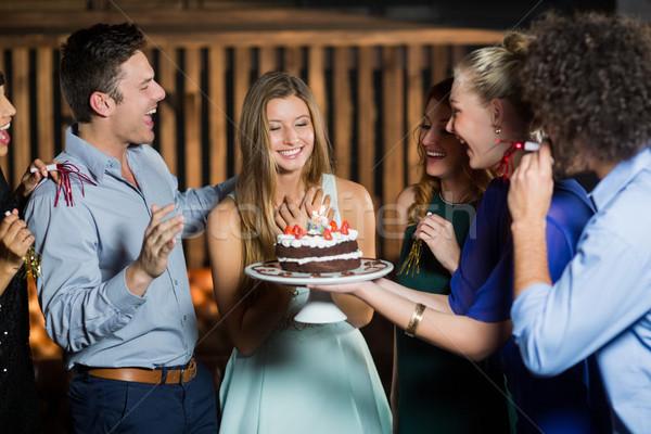 Groep vrienden verrassend vrouw verjaardagstaart bar Stockfoto © wavebreak_media