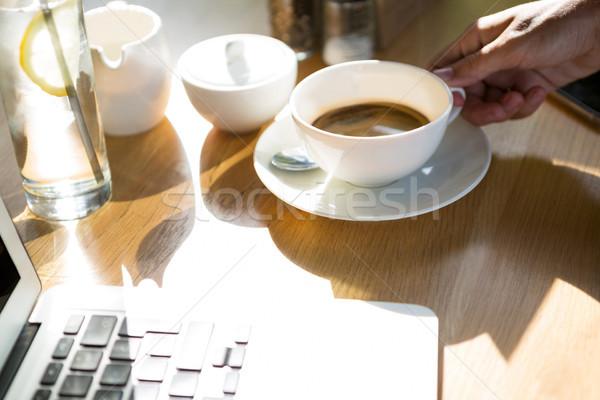 Donna tazza di caffè mano caffè notebook Foto d'archivio © wavebreak_media