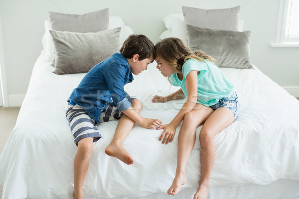 Boos broer zus bed slaapkamer Stockfoto © wavebreak_media