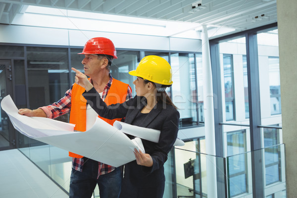 Stockfoto: Zakenvrouw · bespreken · blauwdruk · architect · kantoor · vrouw