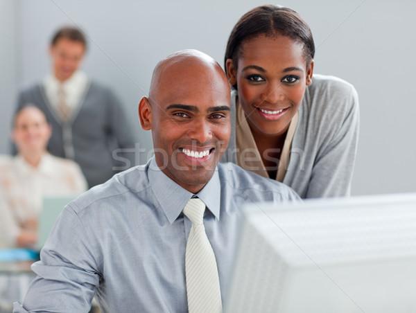 Charismatische zakenvrouw helpen collega computer kantoor Stockfoto © wavebreak_media