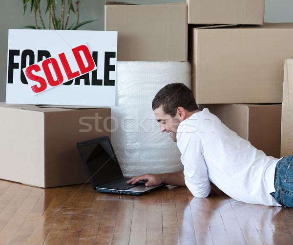 Encantador homem laptop piso feliz Foto stock © wavebreak_media