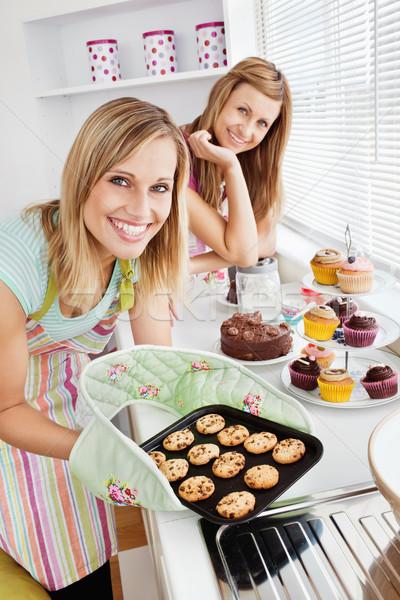 Boldog női barátok tart sütik konyha Stock fotó © wavebreak_media