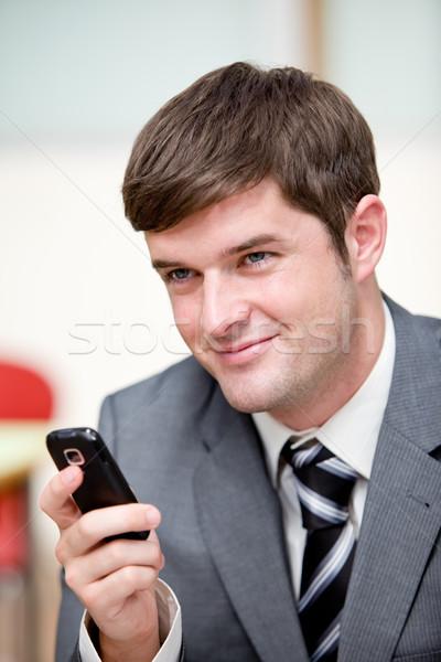 Portré tolakodó üzletember küldés szöveges üzenet mobiltelefon Stock fotó © wavebreak_media