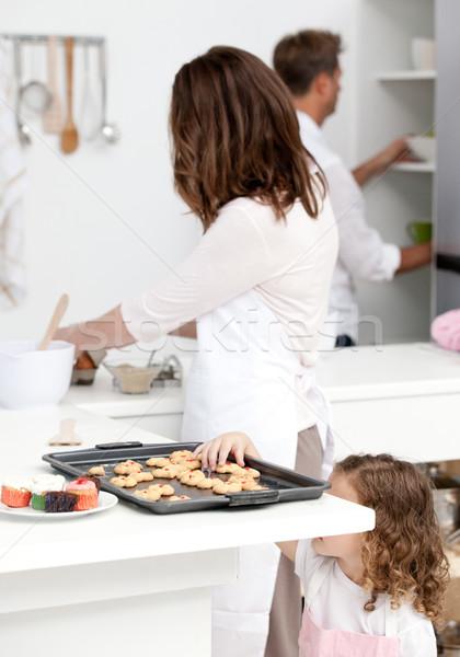Cute meisje cookies ouders koken Stockfoto © wavebreak_media