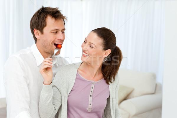 Feliz hombre degustación tomate compañera almuerzo Foto stock © wavebreak_media