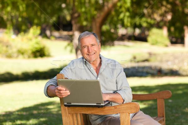 Gepensioneerd man werken laptop park tuin Stockfoto © wavebreak_media