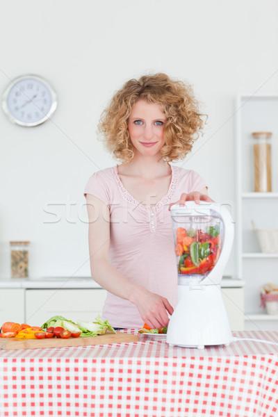 Bonne recherche femme blonde mixeur cuisine femme fille Photo stock © wavebreak_media