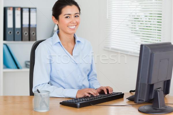 Di bell'aspetto donna lavoro computer seduta ufficio Foto d'archivio © wavebreak_media
