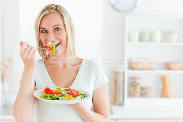Encantador mujer mixto ensalada Foto stock © wavebreak_media