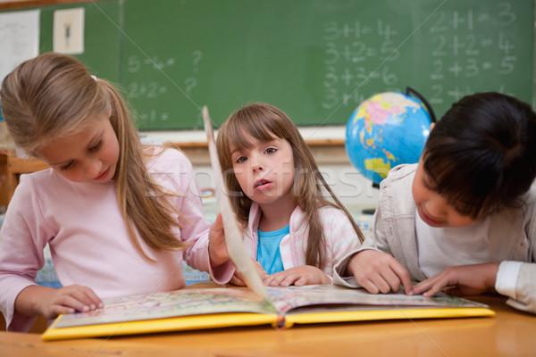 Cute школьницы чтение сказка одноклассник классе Сток-фото © wavebreak_media