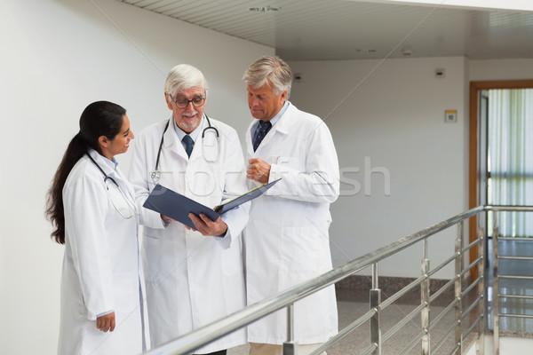 Stok fotoğraf: üç · doktorlar · konuşma · koridor · bakıyor · hasta