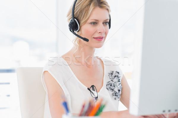 Lezser nő headset számítógéphasználat fiatal nő fényes Stock fotó © wavebreak_media