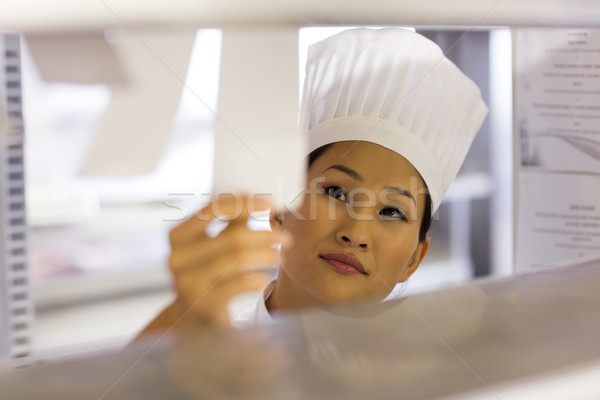 Vrouwelijke keuken jonge Stockfoto © wavebreak_media