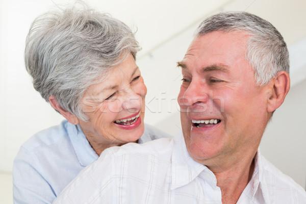 Gepensioneerd paar glimlachend ander home Stockfoto © wavebreak_media